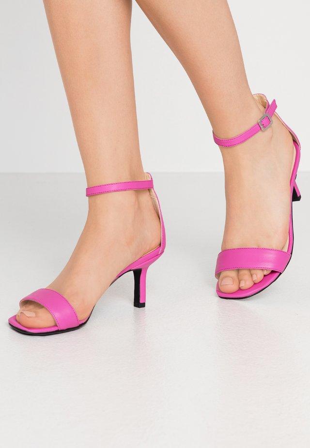 AMANDA - Sandaalit nilkkaremmillä - flamingo