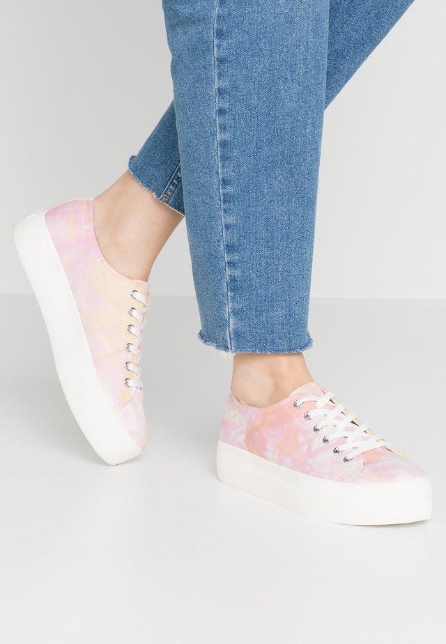PEGGY - Matalavartiset tennarit - pink/multicolor