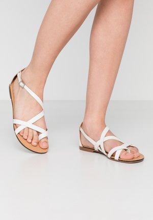 TIA - Sandály s odděleným palcem - white