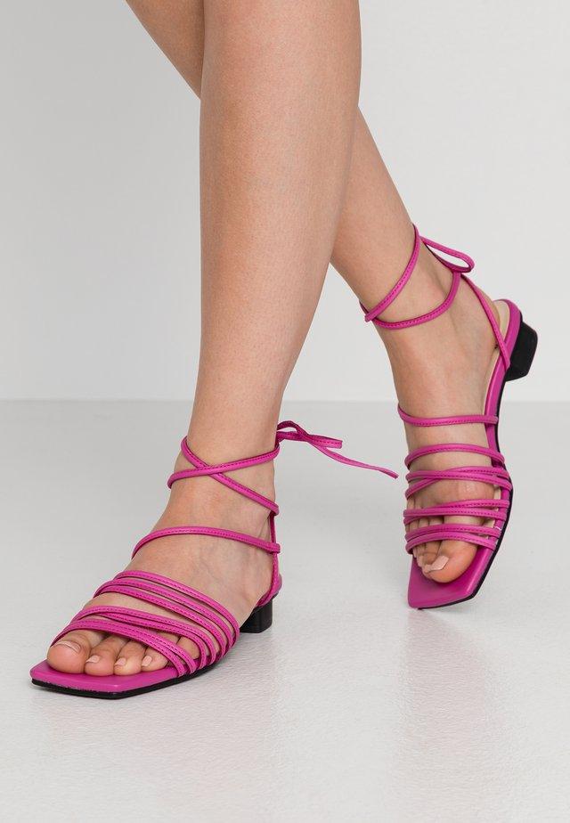 ANNI - Sandaalit nilkkaremmillä - flamingo