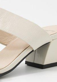 Vagabond - ELENA - Pantofle na podpatku - offwhite - 2
