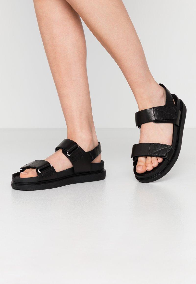 Vagabond - ERIN - Sandaalit nilkkaremmillä - black