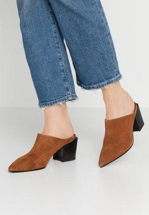 ADRIANNA - Pantofle na podpatku - caramel