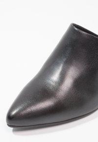 Vagabond - MYA - Pantofle na podpatku - black - 6