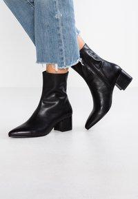 Vagabond - MYA - Kotníkové boty - black - 0
