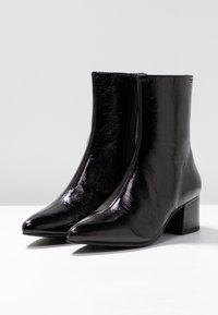 Vagabond - MYA - Korte laarzen - black - 4