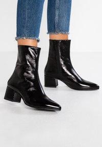 Vagabond - MYA - Korte laarzen - black - 0