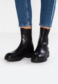 Vagabond - DIANE - Kotníkové boty na platformě - black - 0