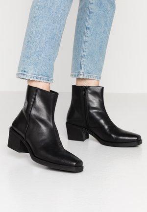 SIMONE - Korte laarzen - black