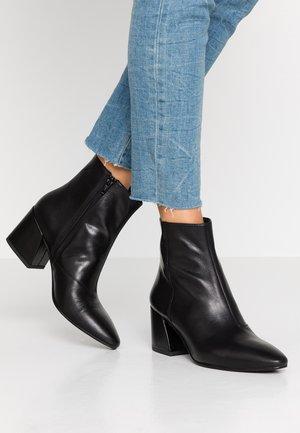 OLIVIA - Korte laarzen - black
