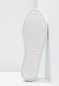 Vagabond - ZOE - Matalavartiset tennarit - white - 5