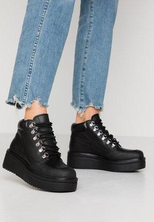 TARA - Korte laarzen - black
