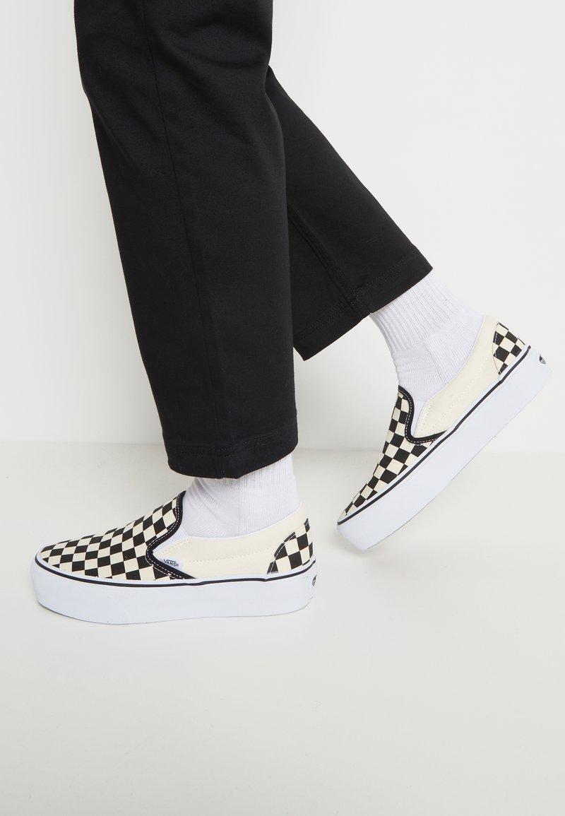 Vans - CLASSIC PLATFORM - Półbuty wsuwane - black/white