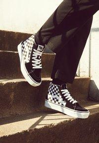 Vans - SK8 PLATFORM 2.0 - Zapatillas altas - black - 4