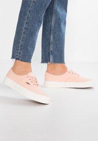 Vans - AUTHENTIC - Sneakers basse - spanish villa/snow white - 0