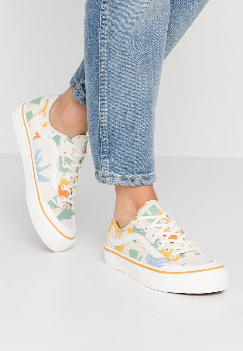 Vans - LEILA HURST STYLE DECON - Sneakers laag - beige