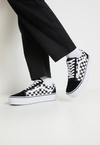 Vans - OLD SKOOL PLATFORM - Matalavartiset tennarit - black/white - 0