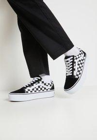 Vans - OLD SKOOL PLATFORM - Sneakers basse - black/white - 0