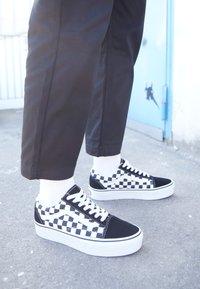 Vans - OLD SKOOL PLATFORM - Sneakers basse - black/white - 4