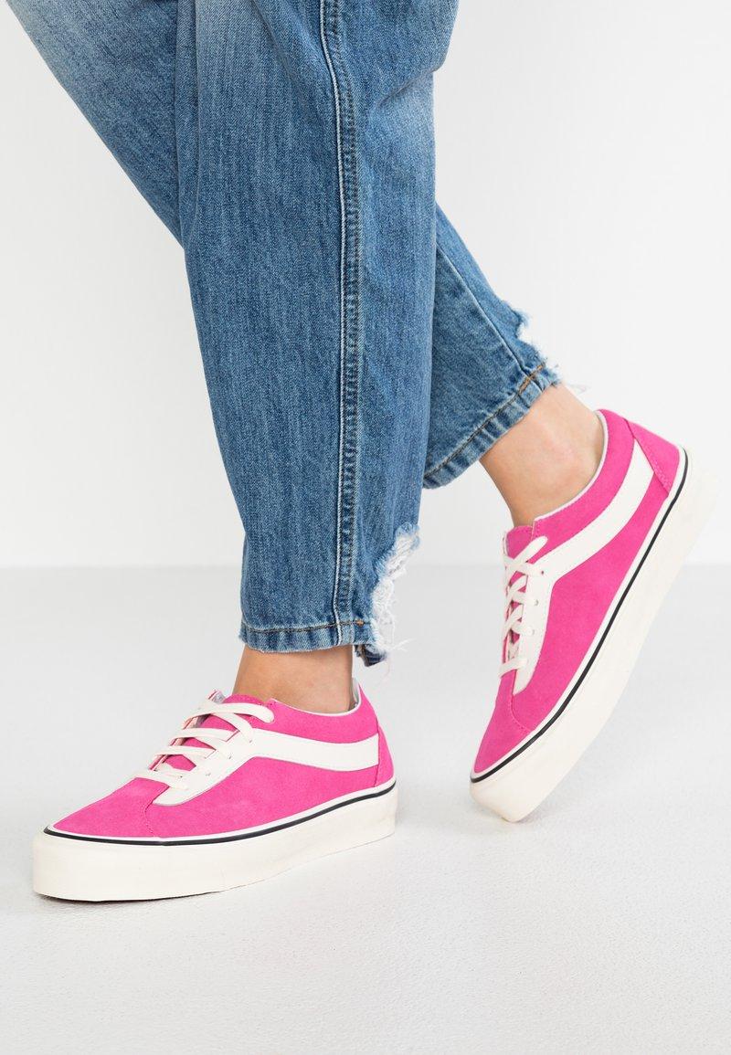Vans - BOLD - Sneaker low - carmine rose/classic white