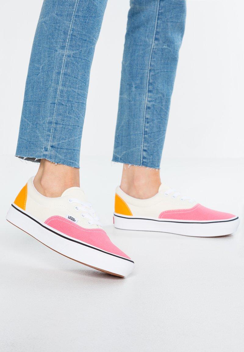 Vans - COMFYCUSH ERA - Sneaker low - strawberry pink/zinnia/true white
