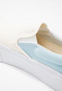 Vans - CLASSIC - Slip-ons - marshmallow/cool blue/true white - 2