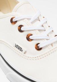 Vans - AUTHENTIC - Sneakersy niskie - classic white/true white - 2