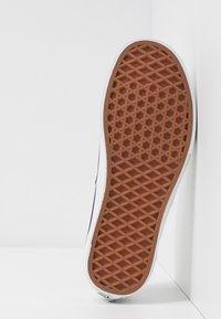 Vans - AUTHENTIC - Sneakersy niskie - classic white/true white - 6