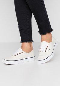 Vans - AUTHENTIC - Sneakersy niskie - classic white/true white - 0