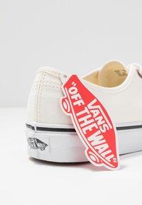Vans - AUTHENTIC - Sneakersy niskie - classic white/true white - 7