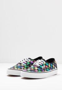 Vans - AUTHENTIC - Zapatillas - iridescent check/black/true white - 4