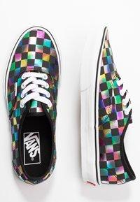 Vans - AUTHENTIC - Zapatillas - iridescent check/black/true white - 3