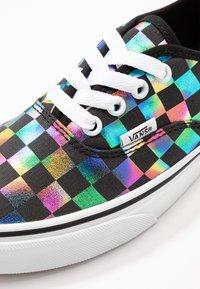 Vans - AUTHENTIC - Zapatillas - iridescent check/black/true white - 2