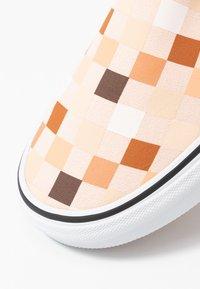 Vans - CLASSIC - Loaferit/pistokkaat - nude/true white - 2