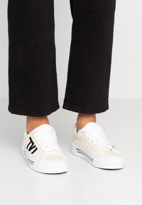 Vans - SID NI - Sneaker low - classic white/true white - 0