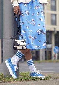 Vans - AUTHENTIC X VIVIENNE WESTWOOD - Sneakers - thunderbolt orbs/true white - 4