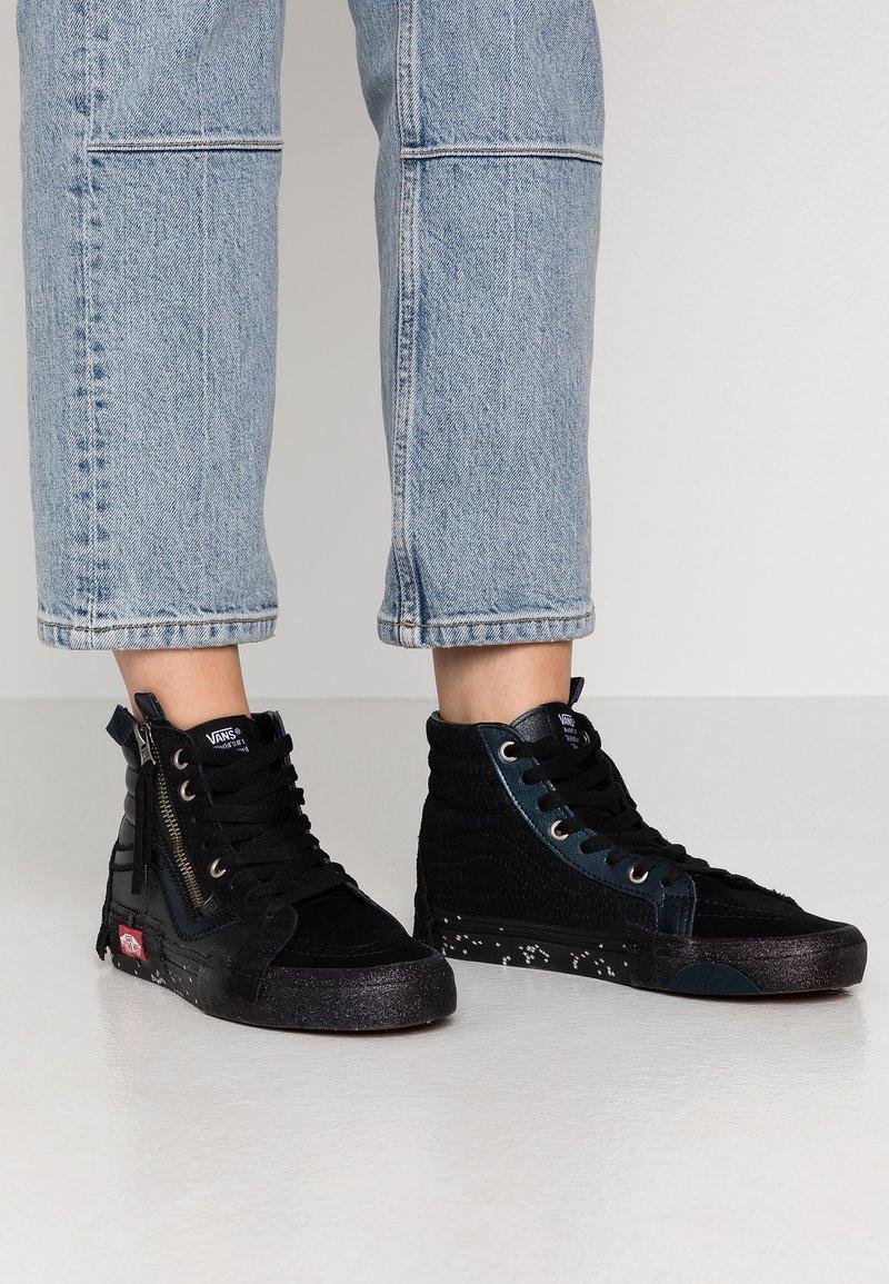 Vans - SK8-HI REISSUE CAP - Höga sneakers - black/true white