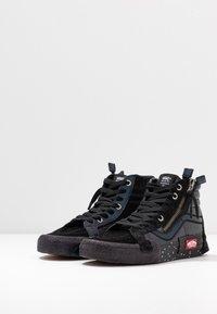 Vans - SK8-HI REISSUE CAP - Höga sneakers - black/true white - 4