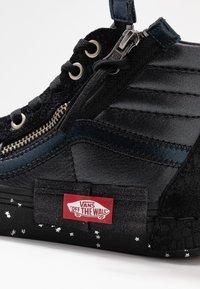 Vans - SK8-HI REISSUE CAP - Höga sneakers - black/true white - 2
