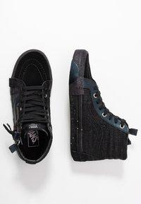 Vans - SK8-HI REISSUE CAP - Höga sneakers - black/true white - 3