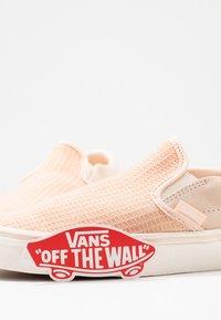 Vans - CLASSIC - Scarpe senza lacci - creme de peche/snow white - 7