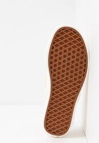 Vans - CLASSIC - Scarpe senza lacci - creme de peche/snow white - 6