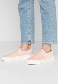 Vans - CLASSIC - Scarpe senza lacci - creme de peche/snow white - 0