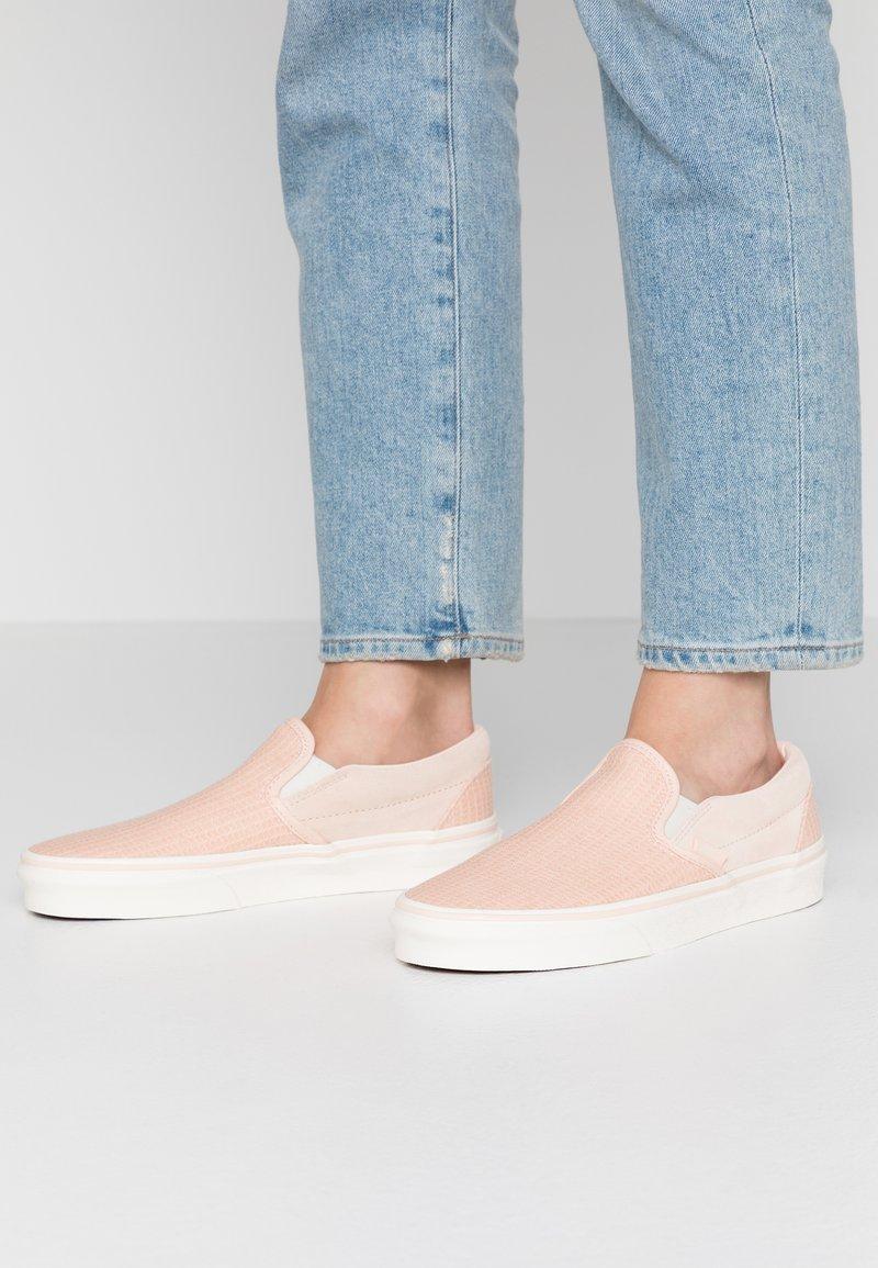 Vans - CLASSIC - Scarpe senza lacci - creme de peche/snow white