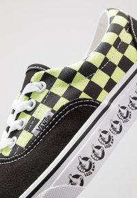 Vans - ERA - Sneakersy niskie - black/sharp green - 6