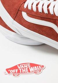 Vans - OLD SKOOL - Sneakersy niskie - burnt brick/true white - 5