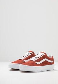 Vans - OLD SKOOL - Sneakersy niskie - burnt brick/true white - 2