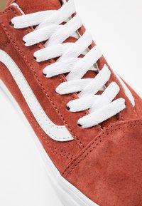 Vans - OLD SKOOL - Sneakersy niskie - burnt brick/true white - 6