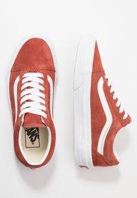 Vans - OLD SKOOL - Sneakersy niskie - burnt brick/true white - 1