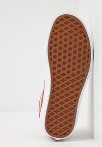 Vans - OLD SKOOL - Sneakersy niskie - burnt brick/true white - 4